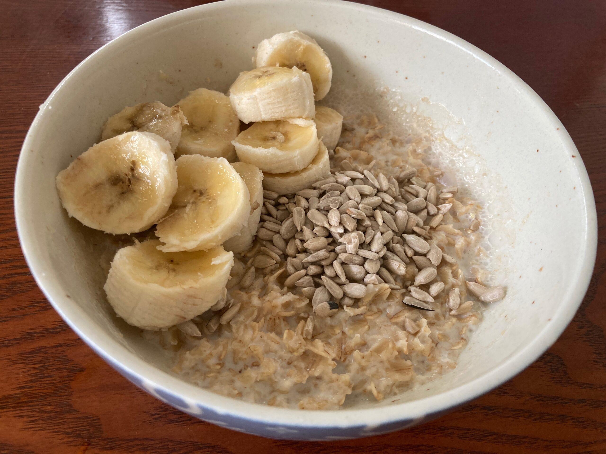 妻が食べているオートミール朝食